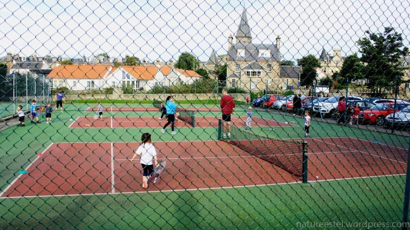 Помимо гольфа и обычных спортзалов, здесь, конечно, можно играть и в другие виды спорта. Например, большой теннис. Причем играют в него здесь уже дети.